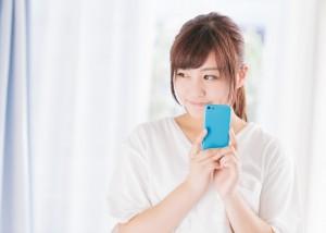 フリマアプリを利用している女性